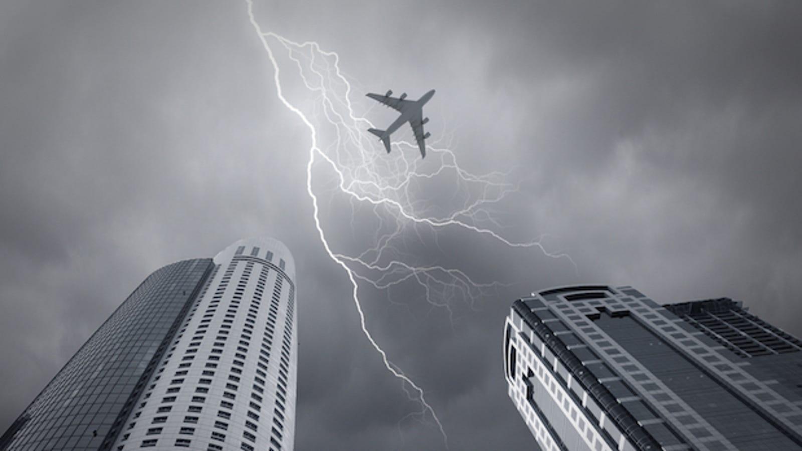 ¿Por qué no ocurre nada cuando cae un rayo sobre un avión?
