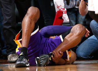 Illustration for article titled Competitive Fire Leads Kobe Bryant To Play Despite Ankle Injury, Ankle Injury Leads Him To Play Terribly