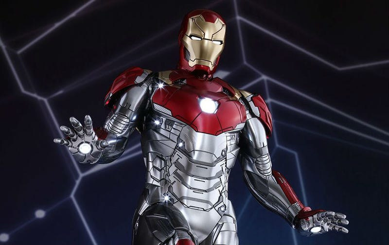 our best look yet at iron man s new suit from spider man homecoming
