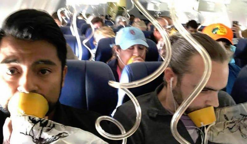 Illustration for article titled Las fotos en el interior del vuelo 1380 muestran que casi nadie se puso de forma correcta las máscaras de oxígeno