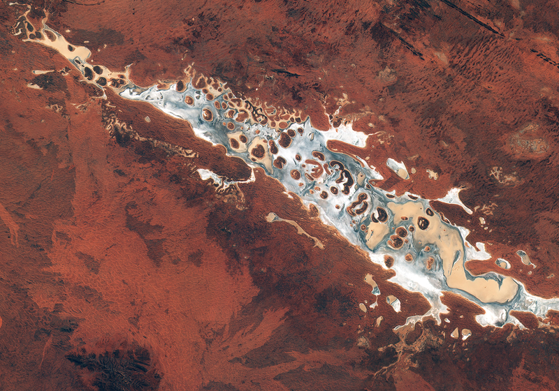Illustration for article titled From Space, a Remote Salt Lake In the Middle of a Desert Looks Like an Alien World