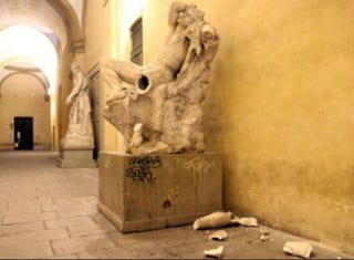 Illustration for article titled Idiot Destroys 19th Century Statue While Trying to Take a Selfie