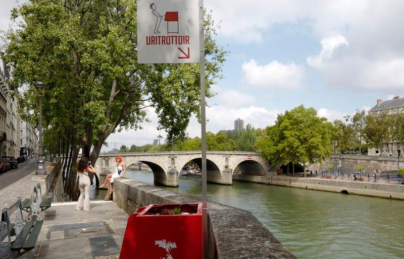 Un urinario cerca de la catedral de Notre Dame.