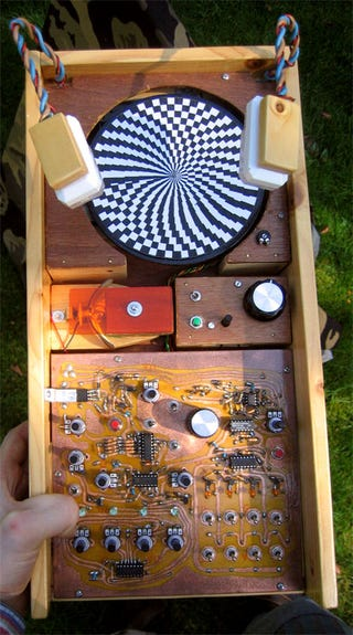 Illustration for article titled Acid Machine DIY Synth Hypnotizes Two Ways
