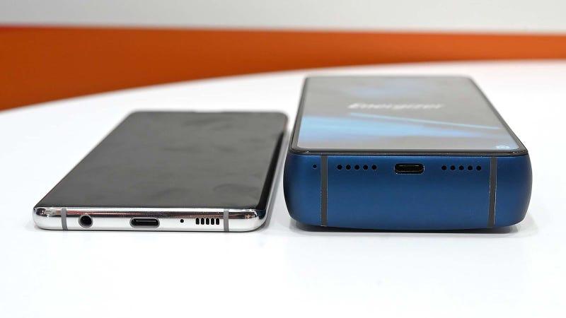 El Energizer Power Max P18K Pop a la derecha de un Galaxy S10+