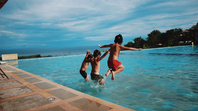A Guide to Keeping Your Kids Safe While Swimming