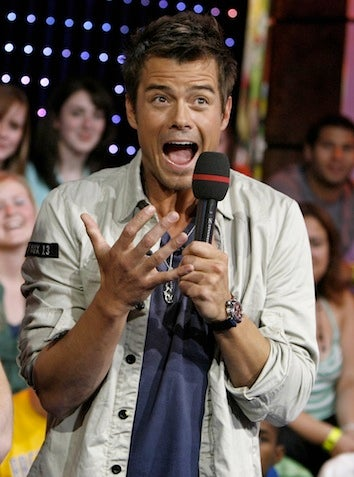 Illustration for article titled Josh Duhamel Kicked Off Plane For Refusing To Turn Off Phone