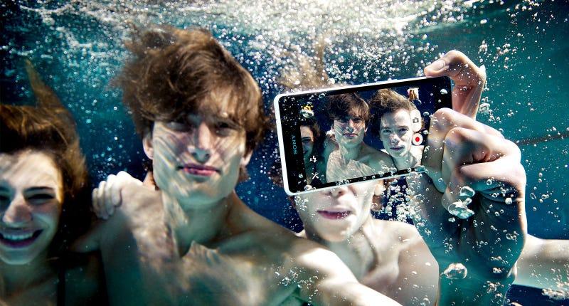 Illustration for article titled El hermano pequeño del Sony Xperia Z te deja hacer fotos bajo el agua