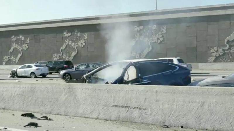El Tesla Model X tras estrellarse contra la barrera.