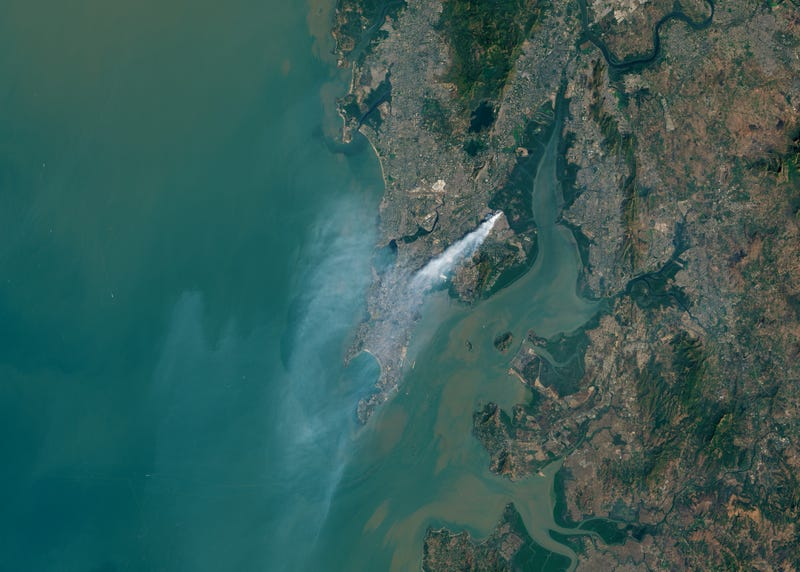 Illustration for article titled Mumbai's Garbage Fire Is So Huge You Can See It From Space