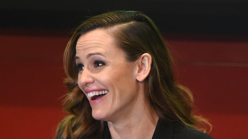 Illustration for article titled We Simply Must Know Whether or Not Jennifer Garner Is Dating Her Accountant