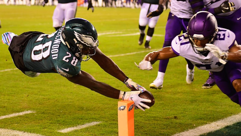Wendell Smallwood dives for the two-point conversion to cut the Eagles' deficit to 6 points.
