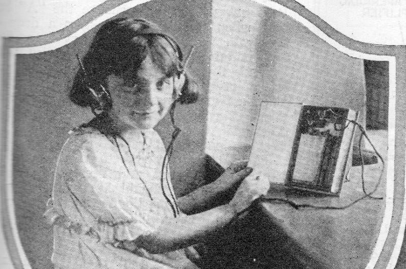 Illustration for article titled This Radio-Book Was The Future of Education