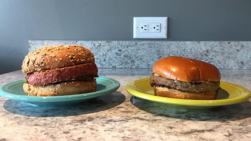 Illustration for article titled Impossible Burger vs Beyond Burger: las hamburguesas veganas de moda, analizadas por un entusiasta de la carne