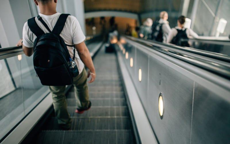 Illustration for article titled Adiós a las colas de seguridad. Descubren cómo registrar tu mochila sin tocarla usando cualquier red WiFi