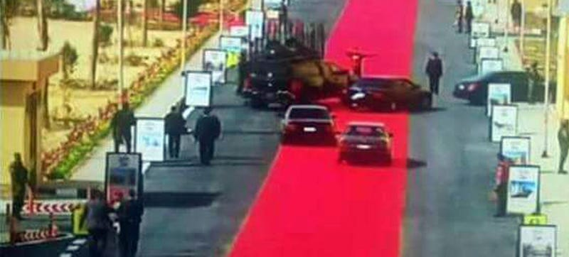Illustration for article titled Egyptian President Rolls Out 2.5 Mile Red Carpet For His Motorcade