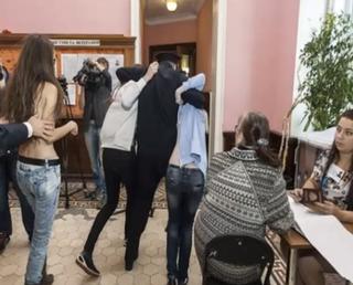 Illustration for article titled Bréking: vetkőző ukrán nők akcióztak Grani kommentelő lépcsőházában!