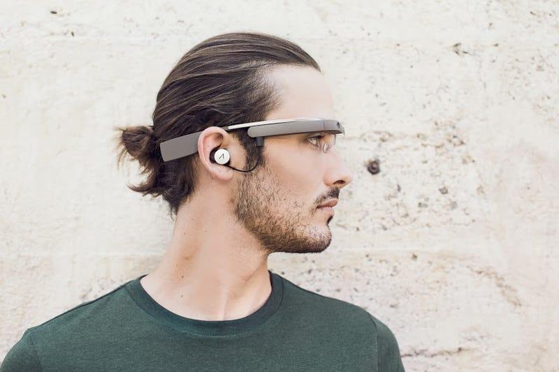 Illustration for article titled Así son las nuevas Google Glass... con auriculares