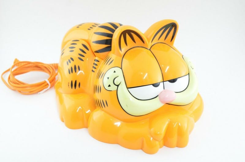 Illustration for article titled Cada año llegan a esta playa decenas de teléfonos con forma de Garfield, y ahora sabemos por qué