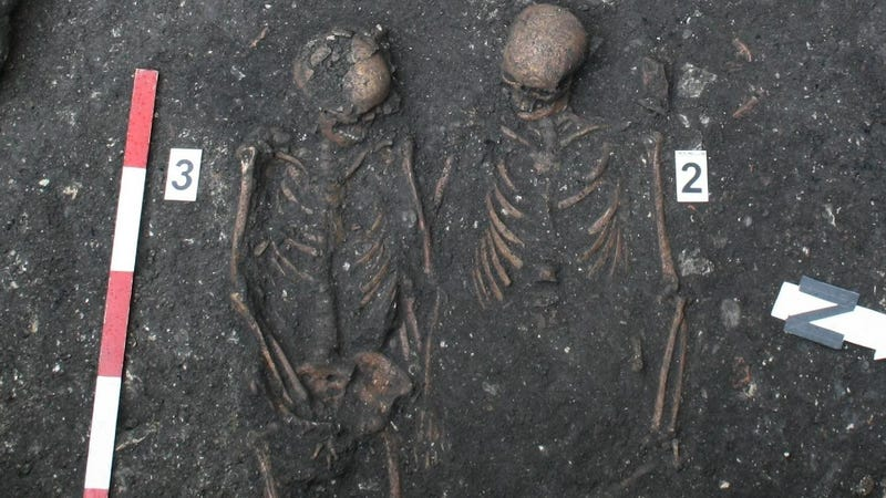 Illustration for article titled Romanian archaeologists uncover medieval skeletons holding hands