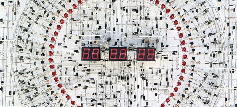 Illustration for article titled Some Very Patient Genius Soldered a Digital Clock From 1,916 Components