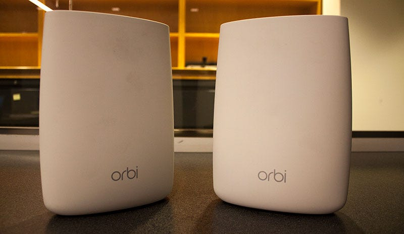 Orbi router and satellite unit. Images: Darren Orf/Gizmodo