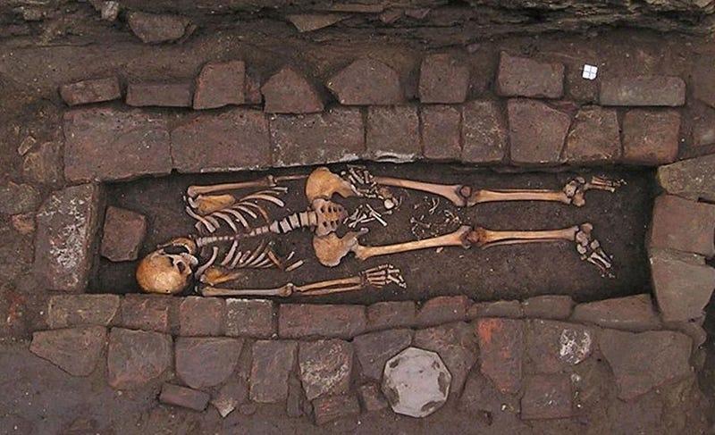 """Una tumba medieval revela el espantoso fenómeno conocido como """"nacimiento en ataúd"""""""