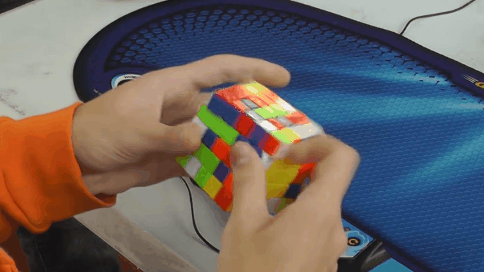 Logra resolver uno de los cubos de Rubik más difíciles que existen en apenas 44 segundos
