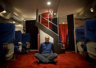 Illustration for article titled Man Spends $50,000 to Recreate a First-Class Pan Am Cabin in His Garage