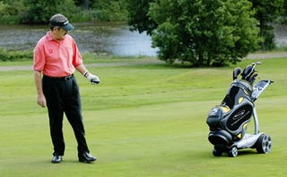 Illustration for article titled Rich? Lazy? The Remote-Controlled Golf Caddie is For You