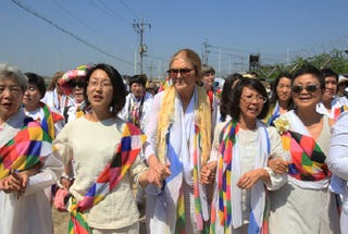 Illustration for article titled Gloria Steinem and Female Activists Cross Border Into North Korea