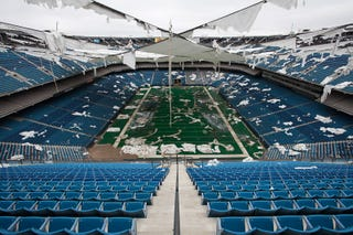 Illustration for article titled Striking Photos From Inside The Abandoned Silverdome