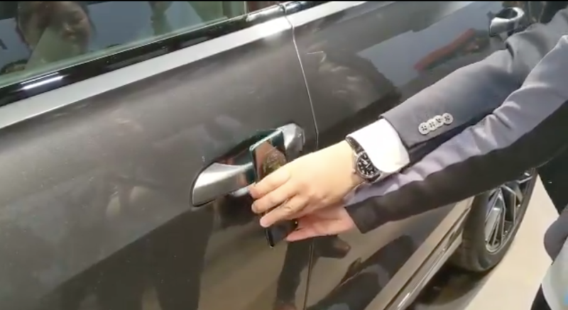 Illustration for article titled Esta es la razón por la que las llaves de los autos siguen siendo mejores que un teléfono para abrir las puertas