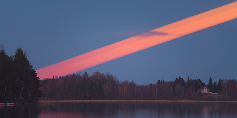 Illustration for article titled Beautiful moon trail photo reveals a red streak across the sky