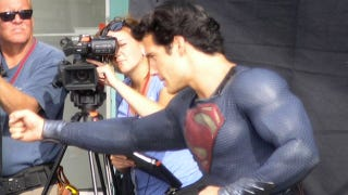 Illustration for article titled New Superman set pics show off Clark Kent's blue alien bulge