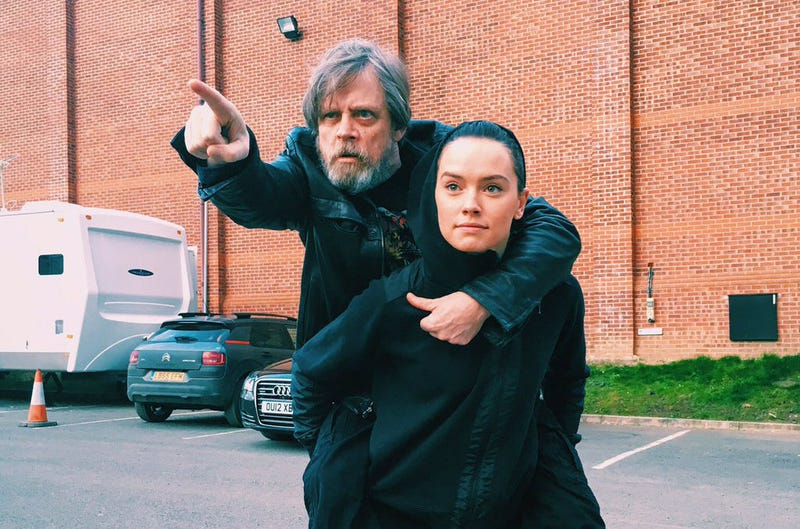 Illustration for article titled Las mejores reacciones a la hilarante foto que Mark Hamill le regaló a Daisy Ridley