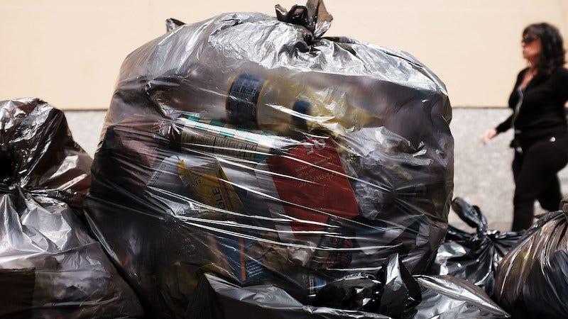 Piensa dos veces antes de tirar tus bolsas de plástico en la papelera de reciclaje.