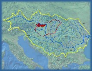 Illustration for article titled ÁRVÍZ: Győrben már elöntötte a padokat a víz, Komáromban szirénáznak