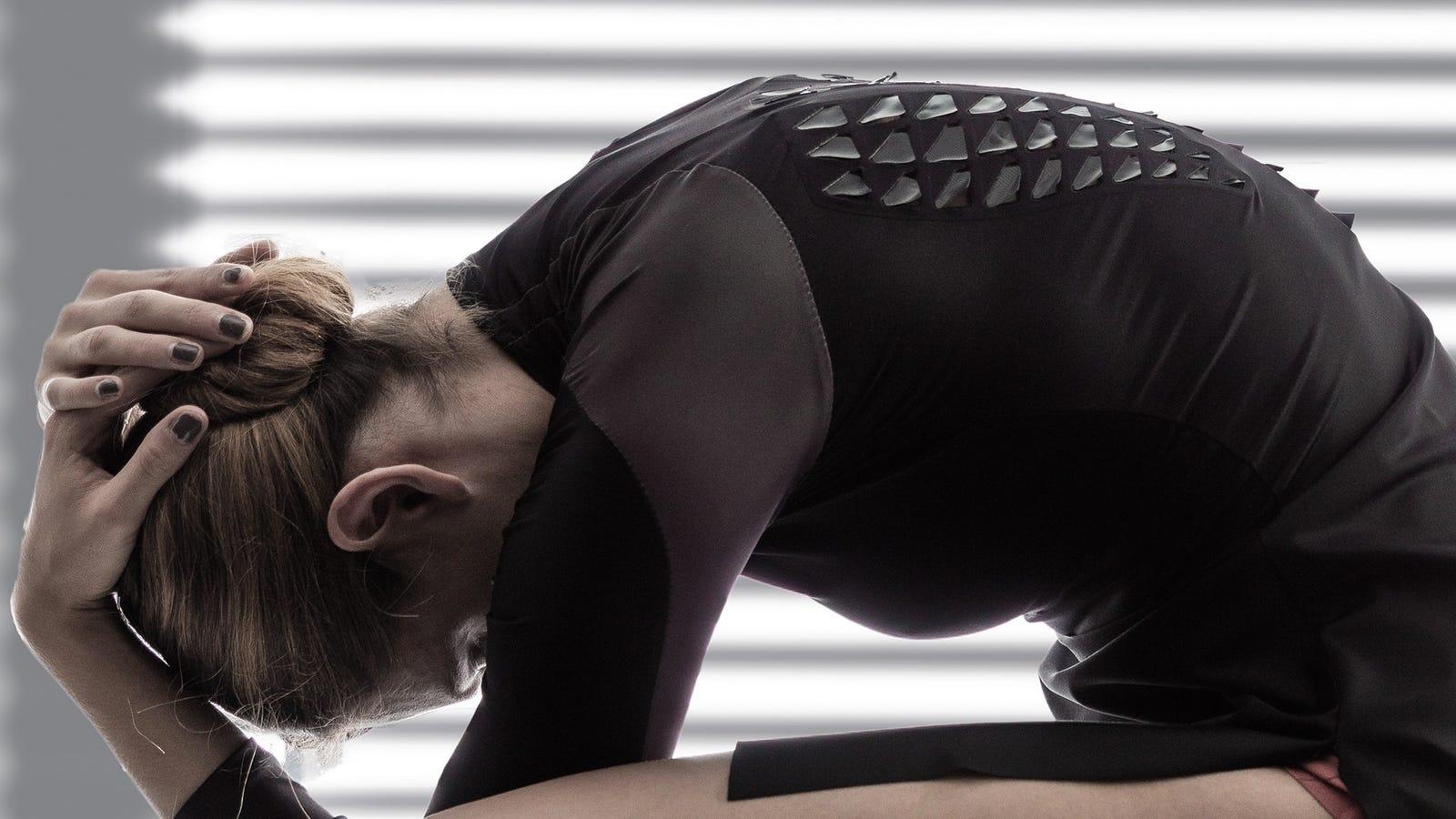 Esta espeluznante camiseta deportiva se abre como escamas cuando tu cuerpo transpira