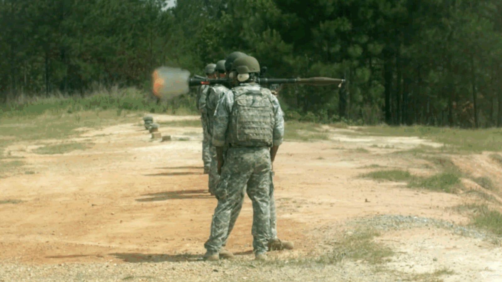 Así se ve el disparo de un lanzacohetes antitanque a cámara superlenta