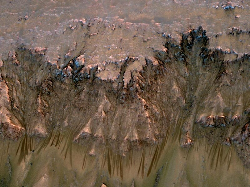 Illustration for article titled New NASA Photo Suggests Signs of Flowing Water on Mars