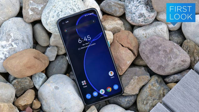 The Asus Zenfone 8 Is an Affordable, Compelling Option If You Love Small Phones