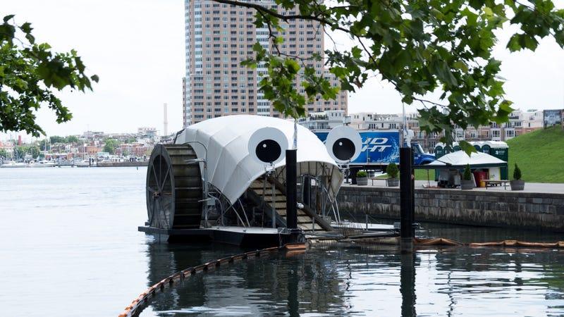 Illustration for article titled Esta rueda que funciona con energía solar ha extraído 8,9 millones de colillas de cigarros del puerto de Baltimore