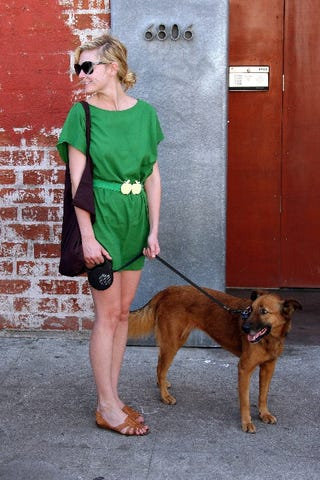 Illustration for article titled Kirsten Dunst, Pup Make Sure The Paps Get Their Good Sides