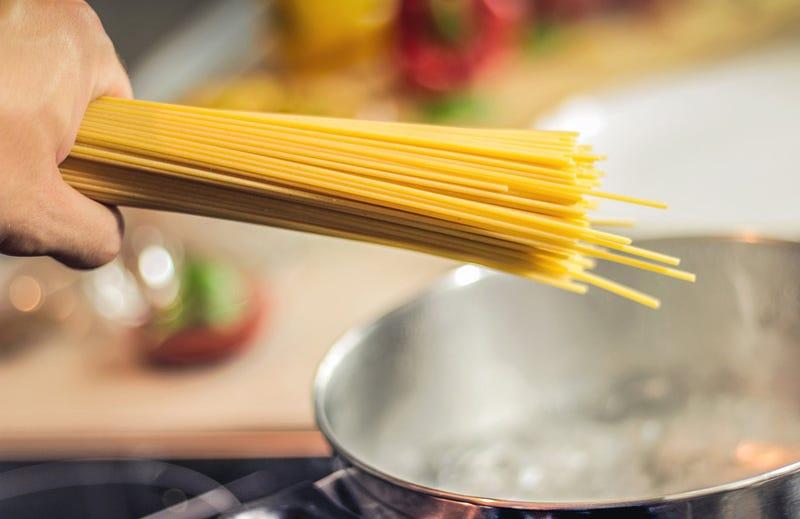 Illustration for article titled Científicos del MIT descubren el secreto para partir spaghetti en dos mitades sin que se rompan en pedazos