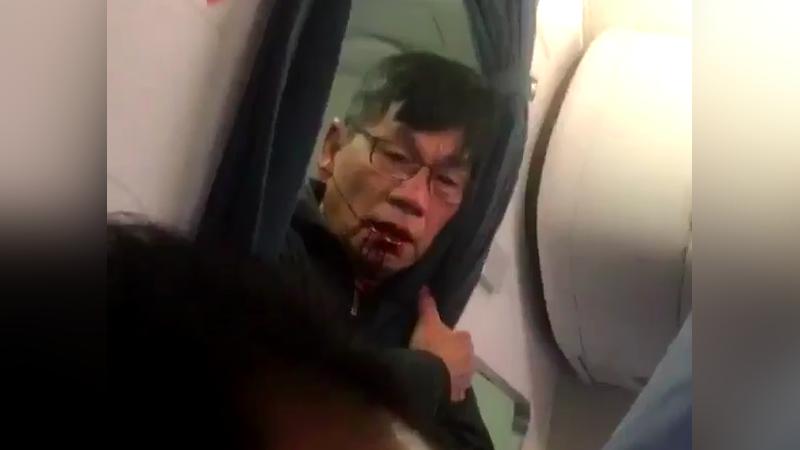 Pasajero del United expulsado a la fuerza. Imagen: Twitter