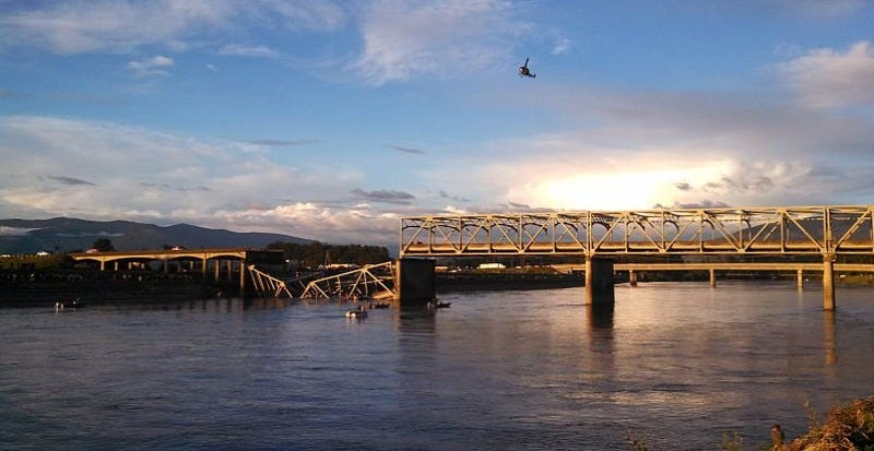 The I-5 bridge over the Skagit River in Washington state, after it collapsed in 2013. (Image: Martha T/Flickr]