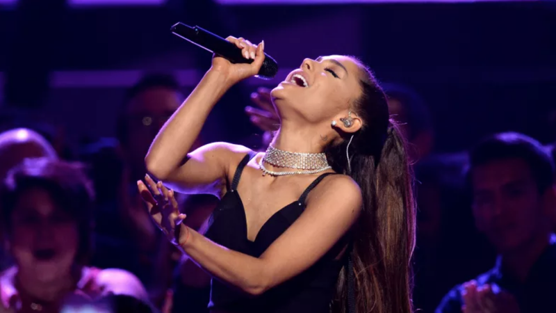 Illustration for article titled Ariana Grande Seems to Have Replaced Engagement Band With Friendship Ring
