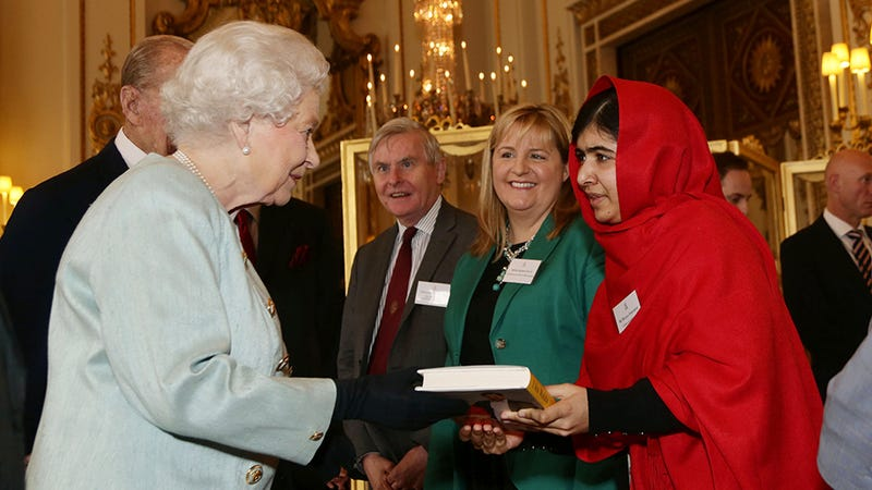 Illustration for article titled Malala Meets Queen Elizabeth, Gets the Royal Treatment