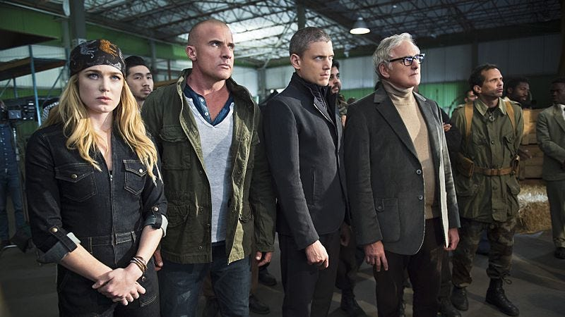 Illustration for article titled Legends Of Tomorrow's pilot improves as it settles into its ambitious concept